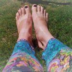 barfuße Füße auf Gras