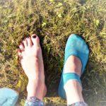 Barfußschuhe leguano ballerina türkis auf Gras