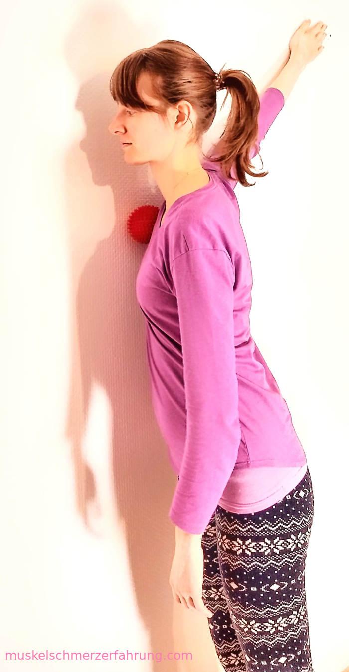 45-Grad-Brustmuskeldehnung an der Wand mit Igelball ~ muskelschmerzerfahrung.com