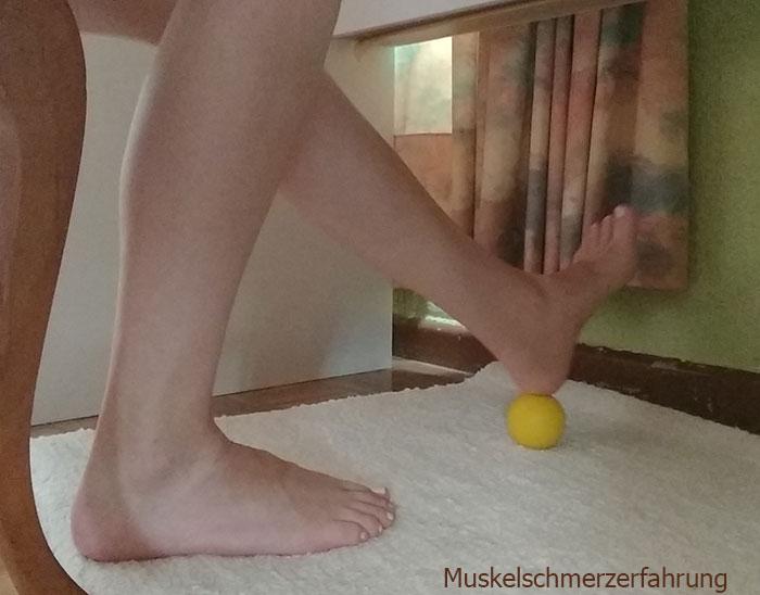 Koordinationstraining für Fuß mit Massageball