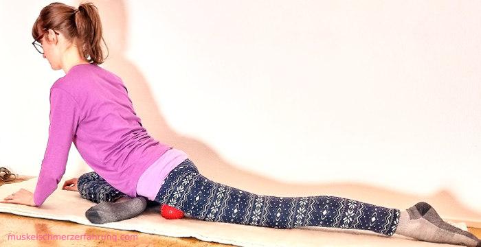 Leiste mit Igelball detonisieren und äußere, hintere Oberschenkelmuskeln dehnen ~ muskelschmerzerfahrung.com
