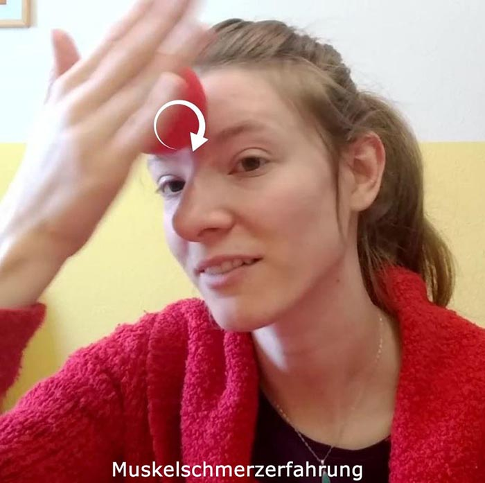Stirn und Nasenwurzel massieren